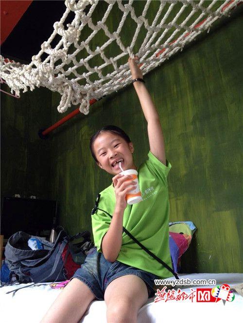 旅途中快乐的子墨。图片来源:燕赵都市网
