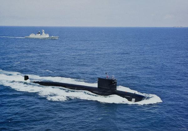 原文配图:中国海军最新型093级核攻击潜艇大洋护航照曝光。