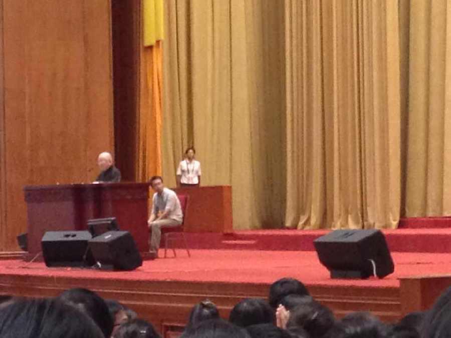 九旬院士站着做报告 九零后学生趴着打瞌睡(图)