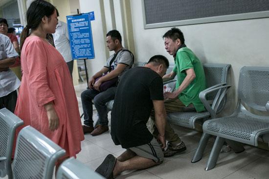 8月31日零点10分,杭州某医院的急诊室,车祸的肇事司机向死者儿子跪下,请求原谅,死者儿子将他推开,出门痛哭。肇事司机的妻子身怀六甲,站在一旁看着这一切,百感交集。