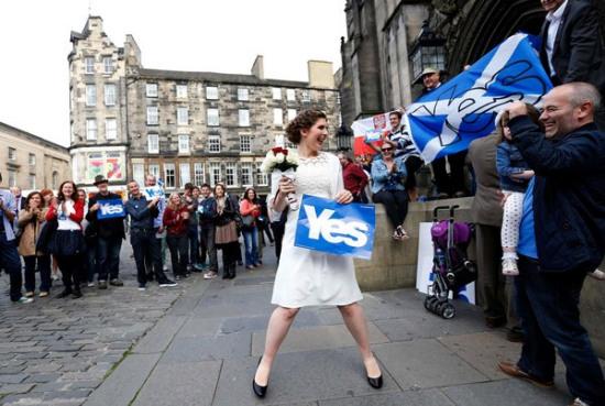 来自美国加州的准新娘奇德尔正在爱丁堡等待出嫁。她展示了自己对苏格兰独立运动的支持。