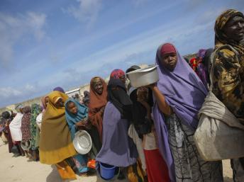 排队领救济食品的索马里人