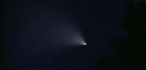 原文配图:目击者称此次的亮光与以往飞机所发出的光不同。