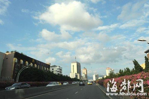 昨日,福州天气晴朗,二环路上空的蓝天白云与城市景观融为一体