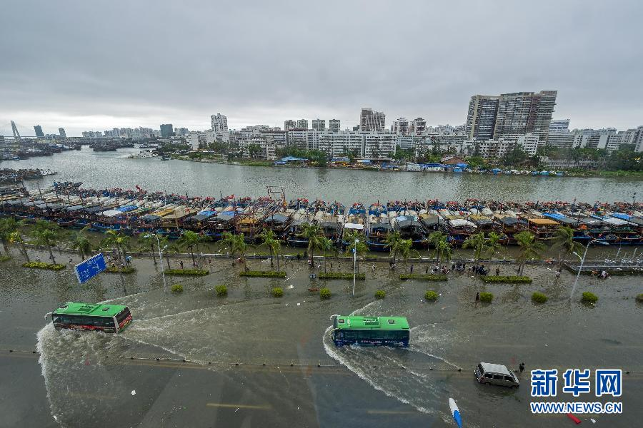 9月16日,海口市政排水所的员工在长堤路上值班工作。