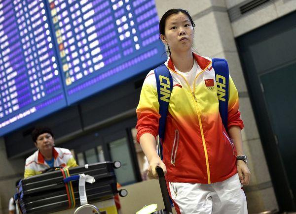 图文:中国羽毛球队抵达仁川 李雪芮