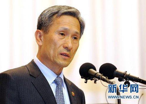 原文配图:金宽镇(朝鲜语:김관진,1949年8月27日-)是大韩民国国防部现任长官。