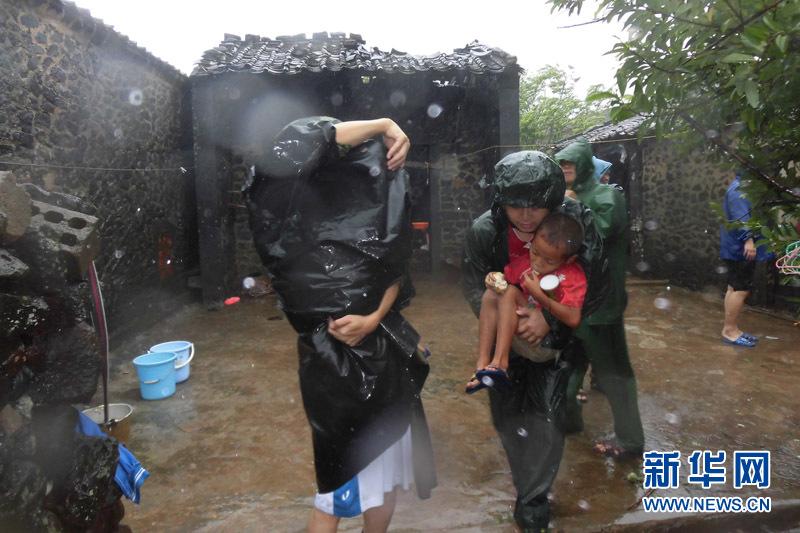 官兵将小孩转移到安全地区