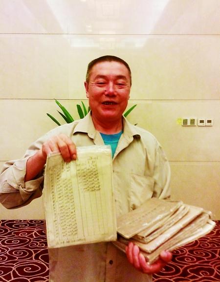 袁永宝在展示自己的账本