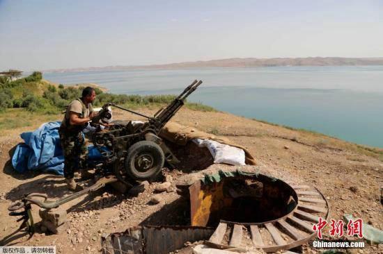 """资料图:伊拉克库尔德部队在美军空袭的支援下,从极端组织""""伊斯兰国""""手中夺回了伊拉克最大的摩苏尔水坝。"""