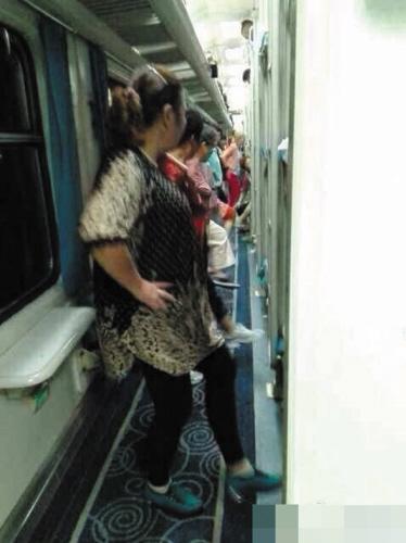 大妈们在狭窄车厢过道里跳起了广场舞。图由受访者提供