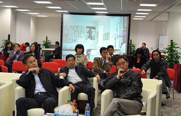 2009年9月9日,业内首个产品创新实验室在北京落成,总行郭树清董事长正在观看产品创新试验室的原型演示。