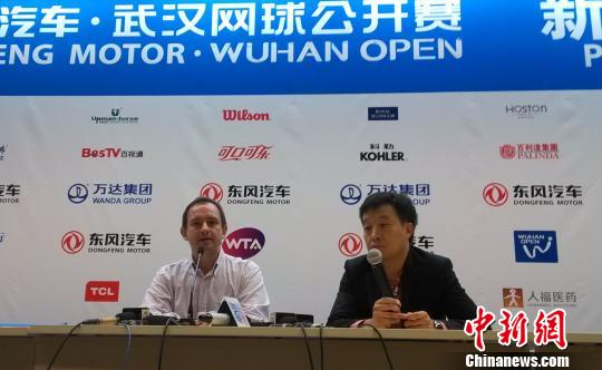 武汉网球公开赛赛事总监法瑞斯在18日临时召开的新闻发布会上表示,截至目前,并未从WTA方面收到李娜将要退役或者退赛消息。 张畅 摄