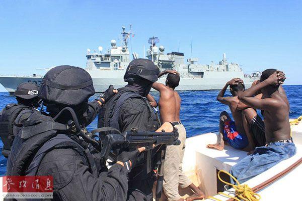 中方货轮遭大批海盗猛攻  伊朗驱逐舰救援(图)