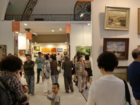 图为观众关注与欣赏画廊机构的佳作
