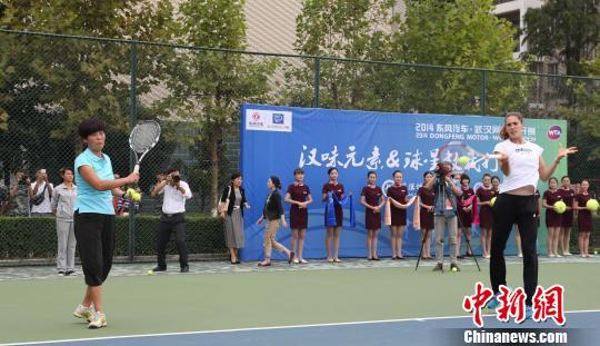 德国的美女球员佩特科维奇亮相武汉城市职业学院。 武网宣 摄