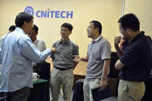 杨阳与科研人员交流