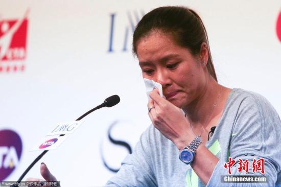 """李娜退役发布会开场即哽咽 讲到""""再见""""动情落泪"""