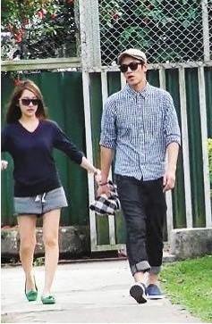 一直不承诺恋爱关系的萧亚轩和柯震东被记者拍到牵手,两人年龄差距12岁