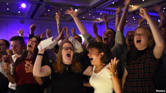 9月19日,反对苏格兰独立的选民在听到公投结果后在格拉斯哥的统派阵营总部欢庆胜利。