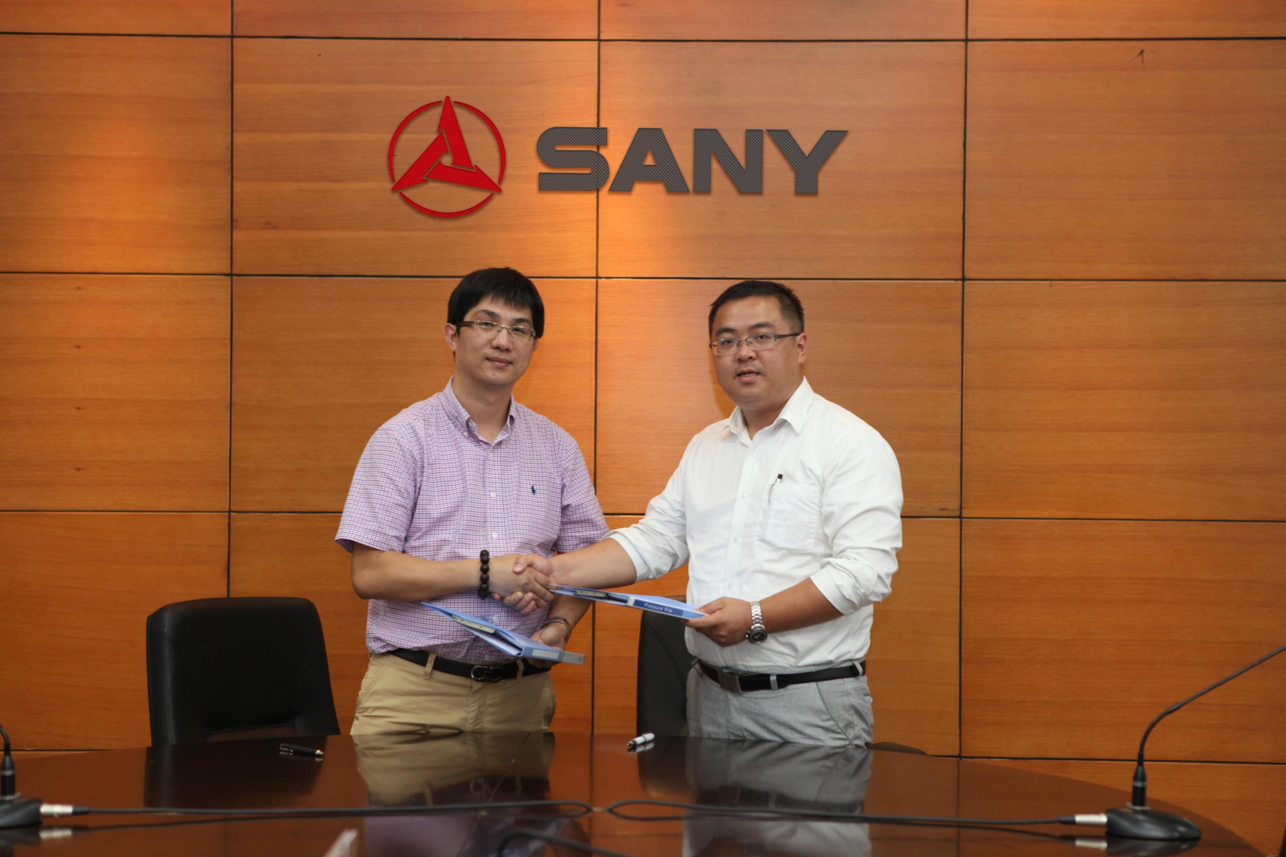 中国路面机械网总经理方剑仙与三一重工品牌建设部部长赵辉签署合作协议