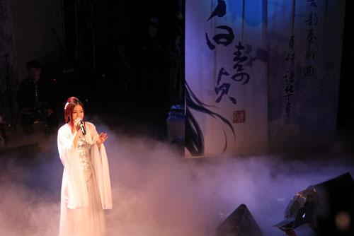 董贞演唱新歌《白素贞》