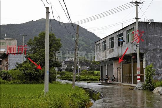 昨天,在平阳县腾蛟镇霞山村,张苏甜家对面的茅厕已经拉起了警戒线,当天上午,疑似尸体被发现于该茅厕的粪池。 温都记者 王诚/摄