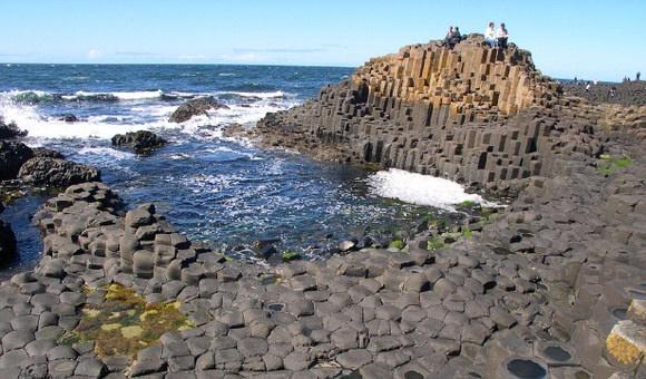 北爱 antrim 海岸的巨人堤道(giant's causeway),在 1986  年被