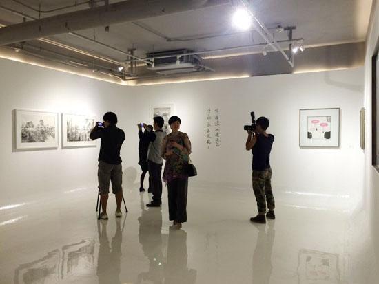 展览开幕嘉宾合影(右二为策展人段少锋,中间为力利记艺术空间董事长张永红)