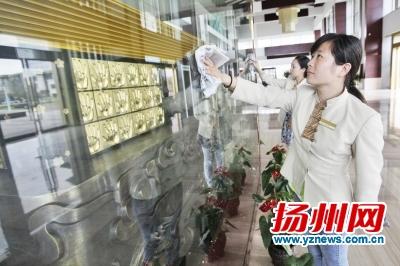 京杭之心,工作人员正在擦拭场馆内设施。张卓君摄