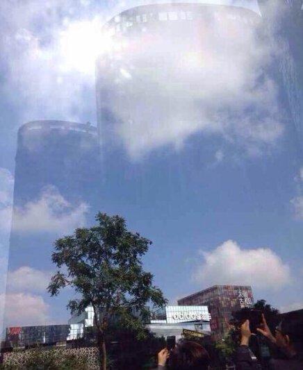 今日午间开始,有网友陆续在微博上表示三里屯出现海市蜃楼。微博截图