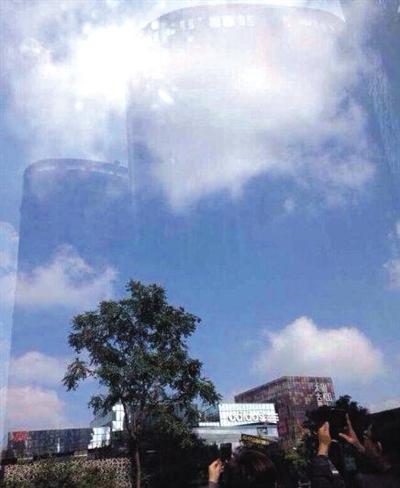"""昨日网传的""""三里屯惊现海市蜃楼""""的图片,天空中出现高楼景象。 网络截图"""