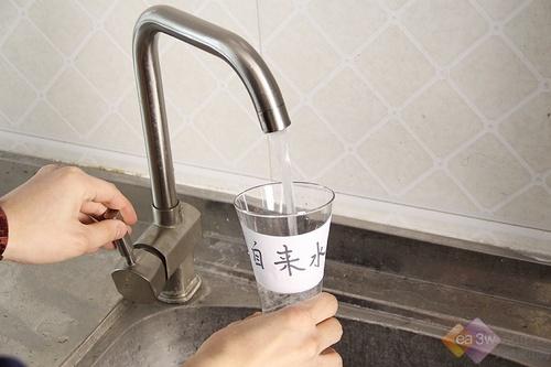 分别接取自来水与净化水
