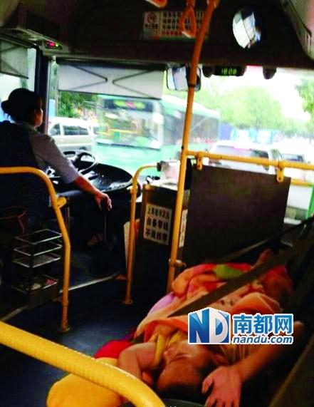 网友拍摄的当时照片,女司机的小孩子横睡车上。