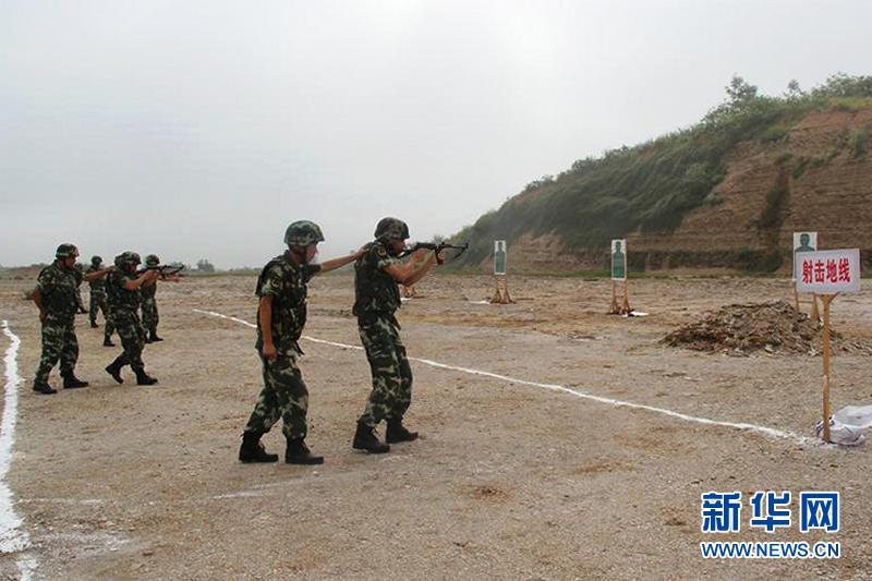 两人协同开展行进间射击训练