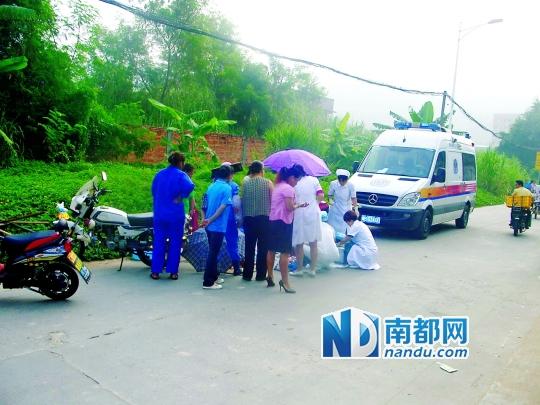 女子在路边分娩,多名街坊伸出援手。