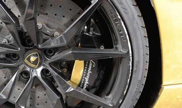 轮胎上的制动卡钳也是镀金的,派头十足。