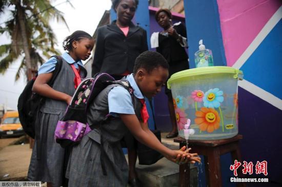 资料图:当地时间9月22日,尼日利亚和塞内加尔两国为预防埃博拉病毒蔓延,对在校的学生进行体温监控和日常卫生管理。中小学生上课前排队洗手成为每日必修课。