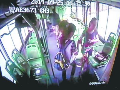 左图为车厢监控视频截图,黑衣女子正在看挎包。