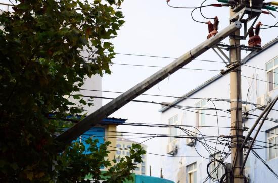 图为19个监控探头已经被全部拆除,只留下空荡荡的铁杆竖立在路边,铁杆之上裸露的线头仍然随处可见。