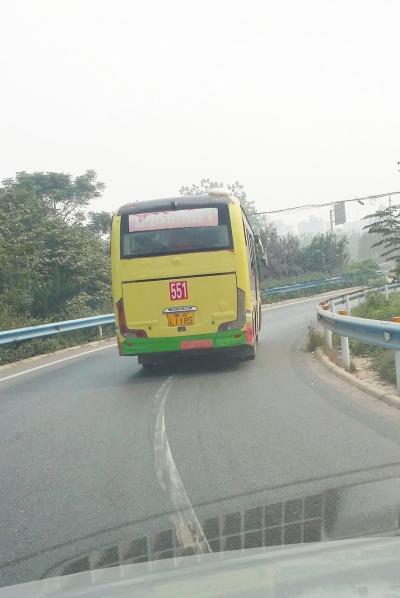 一辆行驶在高速公路上的551路公交车