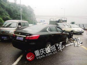 车祸现场,肇事车辆逆行连撞三辆车后才停下。