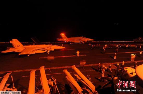 """美国轰炸""""伊斯兰国""""炼油厂 火焰腾空高达60米"""