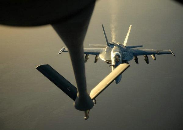 原文配图:当地时间9月23日,美国海军的F-18E战斗机编队在伊拉克北部接受1架KC-135加油机的空中加油,准备前往叙利亚执行打击ISIS目标的任务。