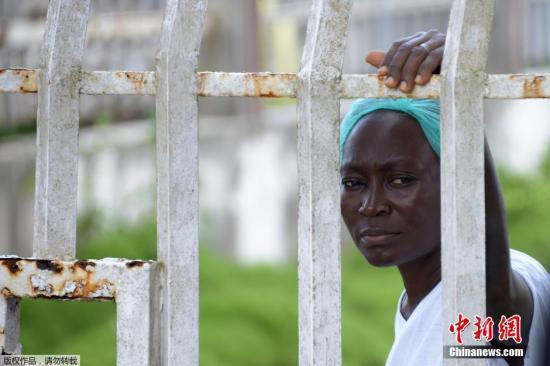 当地时间2014年9月3日,利比里亚蒙罗维亚,约翰·菲茨杰拉德·肯尼迪医院的医护人员和病人。9月1日,利比里亚最大医院的护士举行罢工,要求提高待遇和改善埃博拉病毒防护设施。