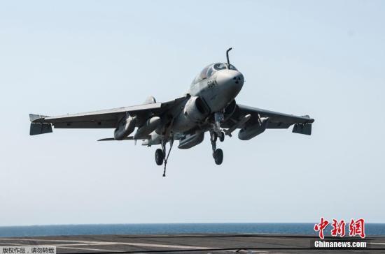"""资料图:当地时间9月23日,美国海军EA-6B""""徘徊者""""电子战飞机完成任务后登上乔治・布什号航空母舰。"""
