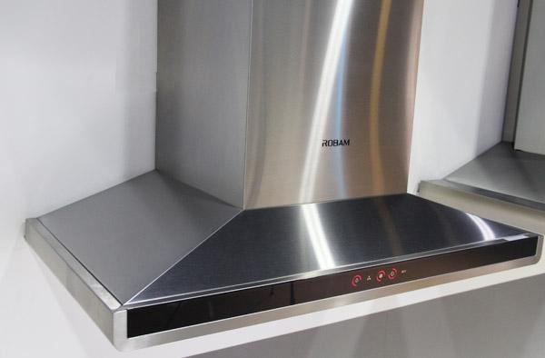 老板大吸力家族的8211欧式吸油烟机简洁大气的烟机外观设计与融合了