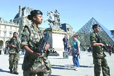 为防IS报复法国的空袭行动,26日,巴黎军警加强了对卢浮宫等景点的警戒。