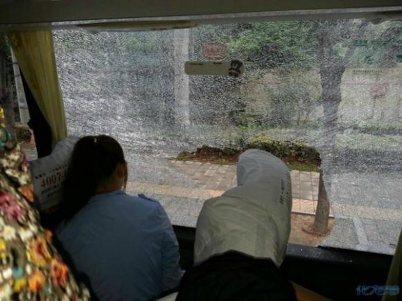 大巴车侧面玻璃被砸坏