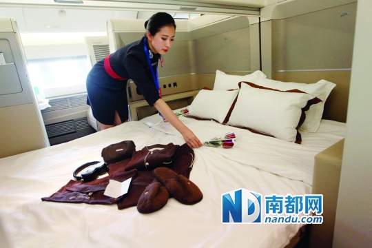 """东航波音777-300E R飞机头等舱座椅平放后可变成""""双人床"""",并提供夜间铺床服务。舱门还可合上。 南都记者 马强 摄"""